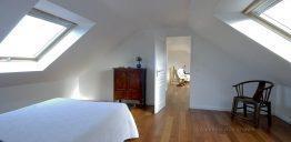 Chambre spacieuse dans combles