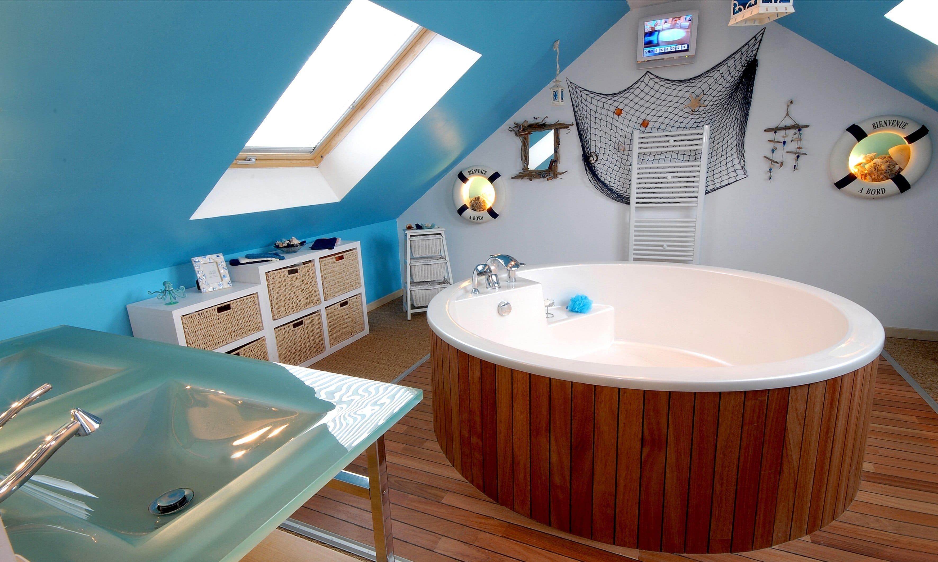 Une salle de bain sous combles ou un spa l tage c est possible avec la poutrespace Salle de bain sous combles