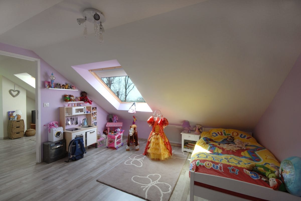 Chambre d enfant sous comble combles d 39 en france for Amenagement chambre comble