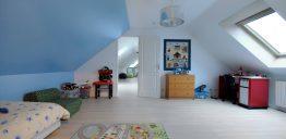 Chambre aménagée dans une maison type «boomerang»