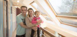 Famille heureuse dans leurs combles aménagés