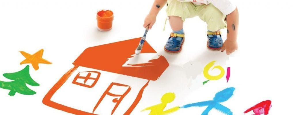 Enfant peignant une maison en orange