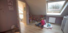 Une chambre d'enfants dans des combles aménagés